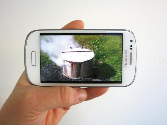 Karlotta Blöndal, Frontiers of Solitude (mediation). Video loop displayed on cell phone, 2015.